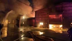 暗夜烈火狂燒 福興鄉連棟鐵皮家具工廠付之一炬