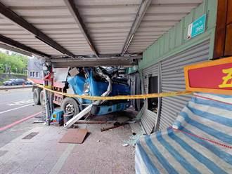 台南砂石車衝入民宅 駕駛卡車內獲救