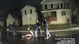 影》美警再傳暴行?全裸非裔男遭警套頭強壓地 失意識後死亡