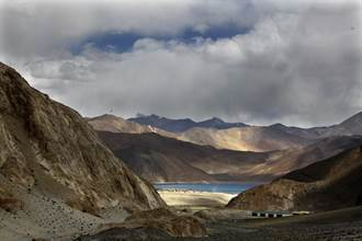 印度宣稱邊境駐軍佔據關鍵高地 優勢火力覆蓋解放軍