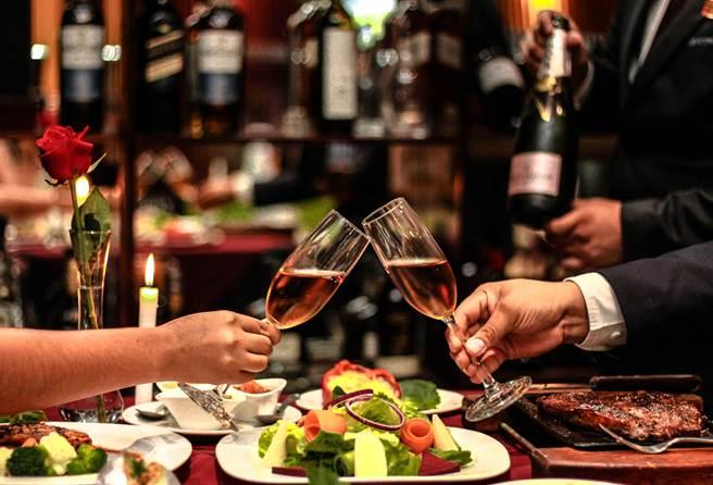 一位男性網友帶女友去吃牛排,卻因為1超瞎原因被分手。網友一看驚覺案情並不單純。(圖/Shutterstock)