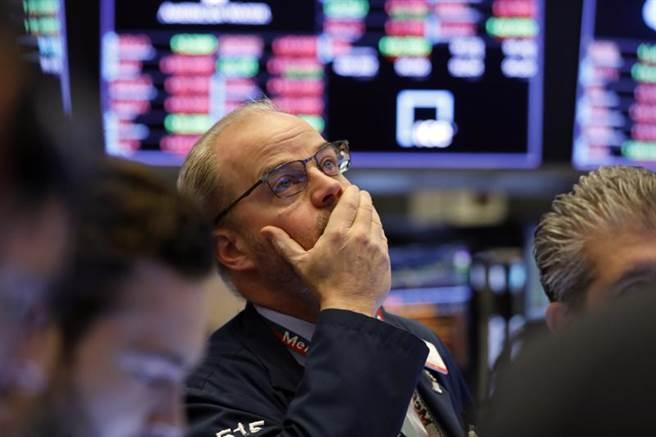 美股周四慘崩800點,專家提醒投資人股市恐回測3月低點。(美聯社)