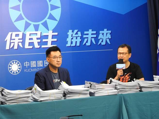 國民黨主席江啟臣(左)、革實院長羅智強(右)今天上午一同召開記者會。(趙婉淳攝)