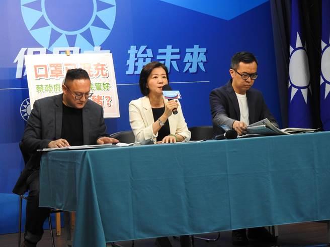 國民黨文傳會主委王育敏(中)、副主委鄭照新(左)、黃子哲(右)上午召開記者會。(趙婉淳攝)