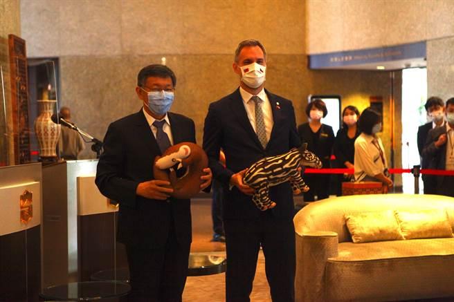台北市長柯文哲(左)4日與捷克布拉格市長賀吉普(右)會面。(張立勳攝)