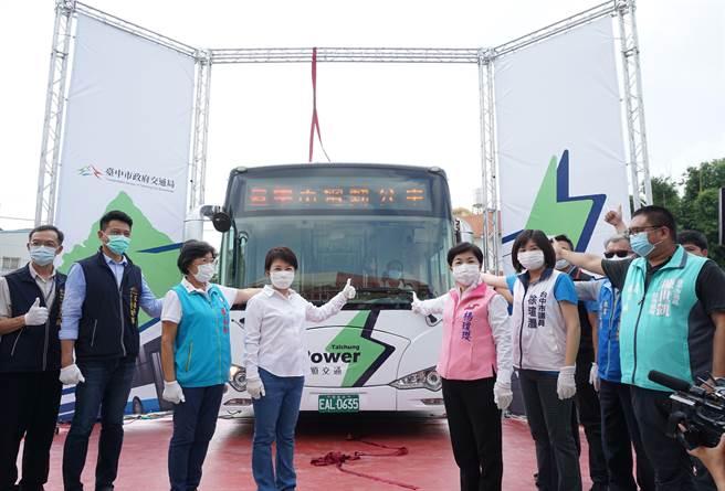 台中市長盧秀燕(左四)、立委楊瓊瓔(右三)等公布台中市電動公車新塗裝。(王文吉攝)