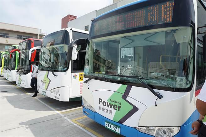 台中市電動公車以白底車身搭配綠色閃電標誌,提高辨識度。(王文吉攝)