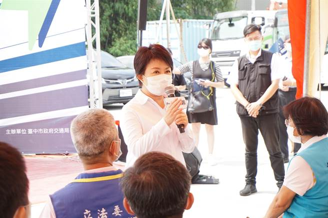 台中市長盧秀燕歡迎民眾多多搭乘電動公車,響應綠色運輸,改善台中空汙。
