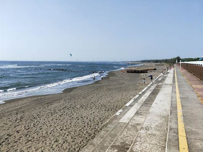 台南黃金海岸的絕美景色媲美沖繩海景,未料,中秋假期民眾蜂擁而至慶祝,卻留下滿地垃圾。(洪榮志攝)