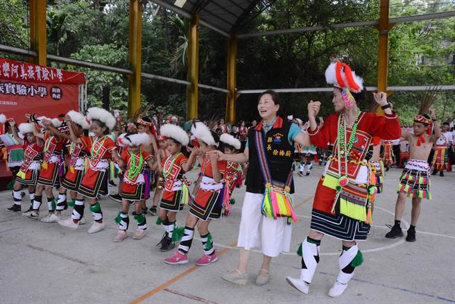 縣長徐榛蔚與阿美族學生跳傳統舞。(王志偉攝)