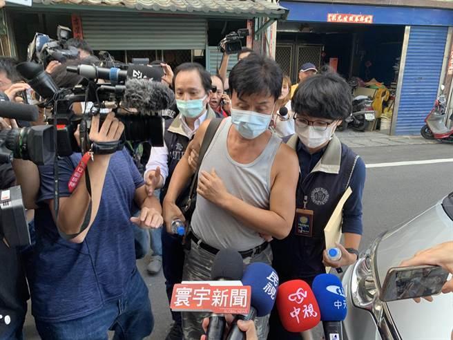 加利負責人林明進由台北市調處調查員帶回公司。(王揚傑攝)