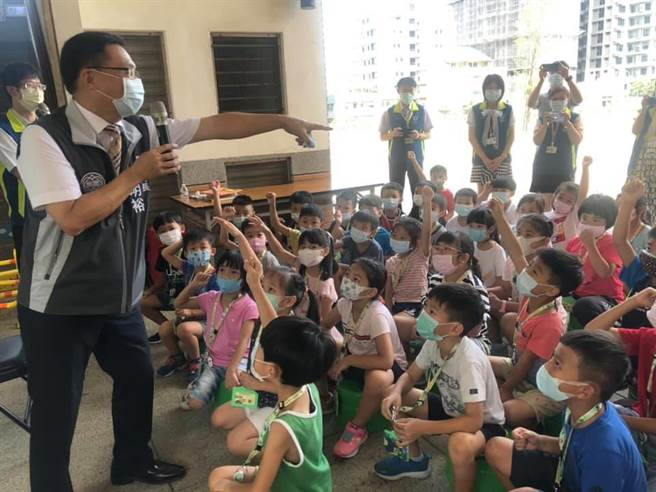 青園國小借用青埔國中教室上課,小一學童開心迎接新生活。(呂筱蟬攝)