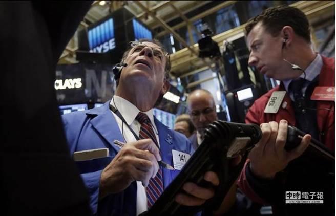 專家認為,投資人認真考量「基本面」的話,股市可能再挫跌10%。(美聯社)