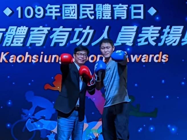 全國運動會6連霸拳王楊育庭(右)4日致贈親筆簽名的拳擊手套給高雄巿長陳其邁。(曹明正攝)