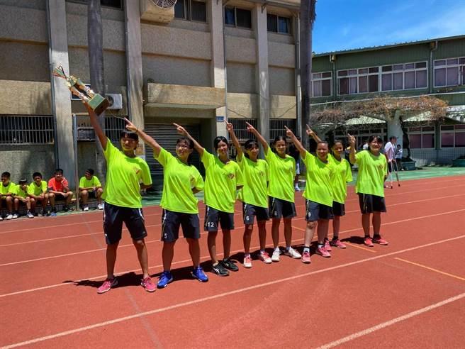 高雄陽明國中手球隊參加109年大甲媽祖盃全國手球錦標賽,勇奪女子U13組冠軍。(陽明國中提供/洪浩軒高雄傳真)