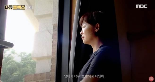 雪莉逝世週年紀錄片 「親母現身淚訴」網怒:別再消費她(圖/YOUTUBE)
