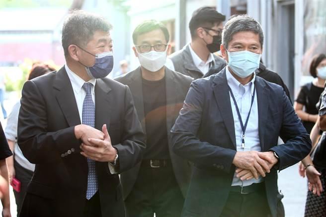 衛福部長陳時中(左)4日與文化部長李永得(右)同台參加「2020台灣國際人權影展」開幕式。(鄧博仁攝)