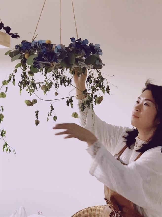 王楨媛結合花卉與藝術,發表第1本花藝教學著作《日常花事》。(王楨媛提供/曹婷婷台南傳真)