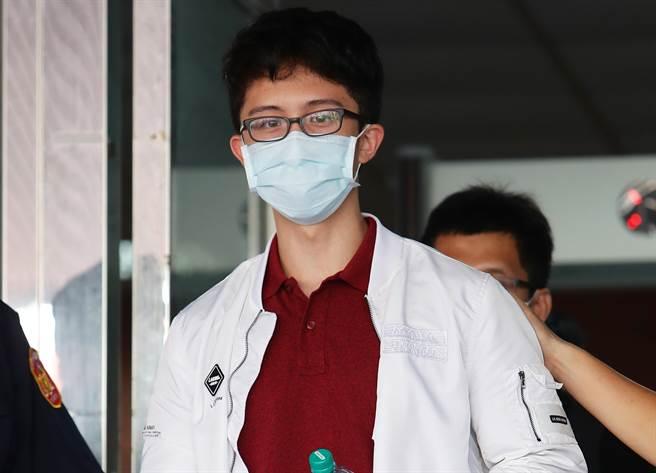 孫安佐今開庭,40分鐘庭訊結束後他低調的戴著口罩離開法院。(季志翔攝)
