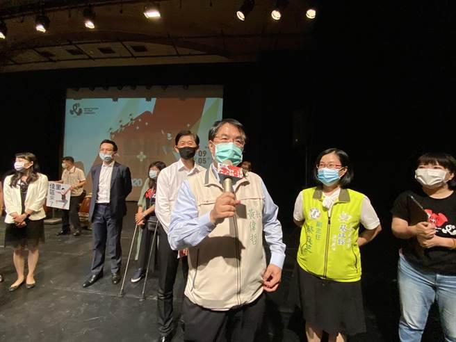 台南市稽查無陸製混充國家隊口罩,市長黃偉哲5日訪康那香為國家口罩隊打氣。(曹婷婷攝)