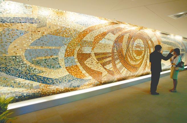 位於西門町日新戲院內、已故前輩藝術家顏水龍的作品《旭日東昇》。(本報資料照片)