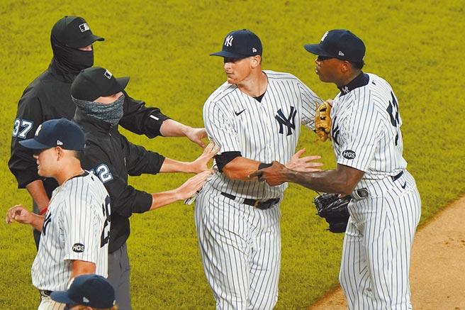 洋基隊守護神查普曼(右)因為投出危險近身球,遭到禁賽3場加罰款。(美聯社)