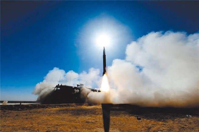 解放軍火箭軍日前發射東風21D、東風26到南海海域,以回應美國航母艦隊進入南海。(取自中國軍網)
