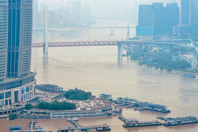長江今年出現1961年以來最嚴重汛情,圖為8月20日,洪水通過重慶中心城區。(新華社)