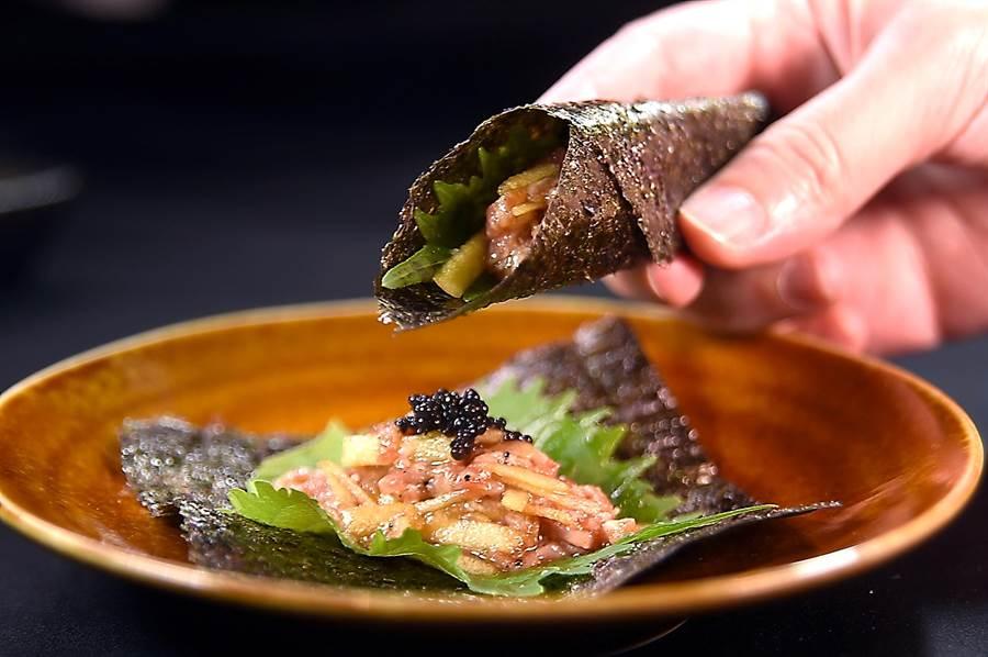 〈USHIMITSU犇和牛館〉的「極上美饌」超值套餐,第一道菜〈和牛塔塔鐵火捲〉,日本熊本A5和牛塔塔是用蘋果燒肉汁調味。(圖/姚舜)