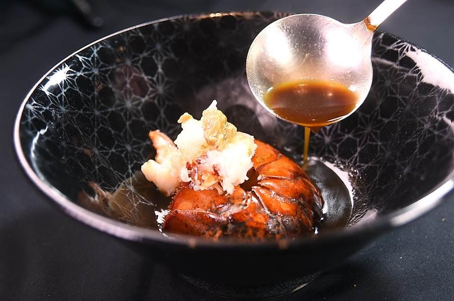 在〈USHIMITSU犇和牛館〉享受「極上美饌」超值套餐,波士頓龍蝦可以三吃,圖為用龍蝦蝦身肉料理的〈活龍蝦佐明蝦Bisque〉。(圖/姚舜)