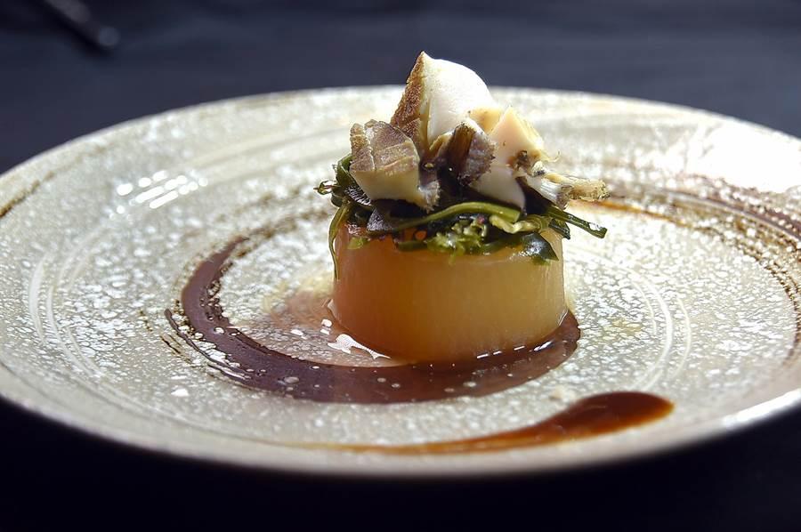 〈竹籠清蒸活鮑魚佐鮮蚵生蠔油〉的鮑魚肉質鮮甜彈Q,呈盤時下襯一場以關東煮手法料理的白蘿蔔,也非常入味。(圖/姚舜)