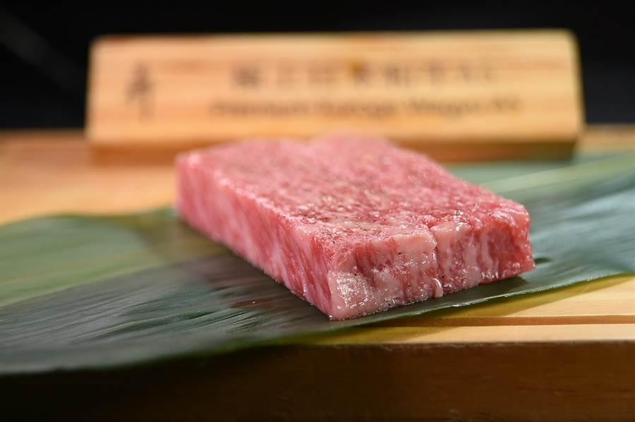 〈極上A5和牛沙朗牛排〉用的是日本熊本頂級品牌〈和王〉的極上牛種,油花分布細緻均勻。(圖/姚舜)