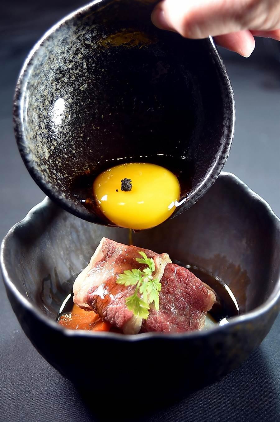 享用〈關東風壽司燒〉 時,可將CAS認證雞蛋倒入碗中打散,用涮好的和牛肉片沾著蛋液和醬汁一起入口。(圖/姚舜)
