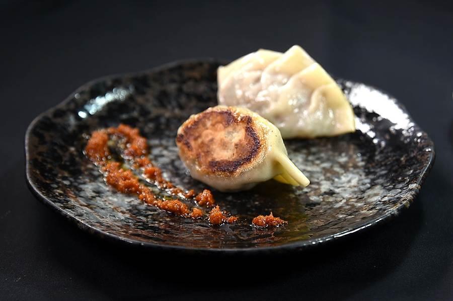 〈USHIMITSU犇和牛館〉套餐菜式〈和牛蟹肉煎餃〉,是以紅咖哩醬讓客人沾食提味。(圖/姚舜)
