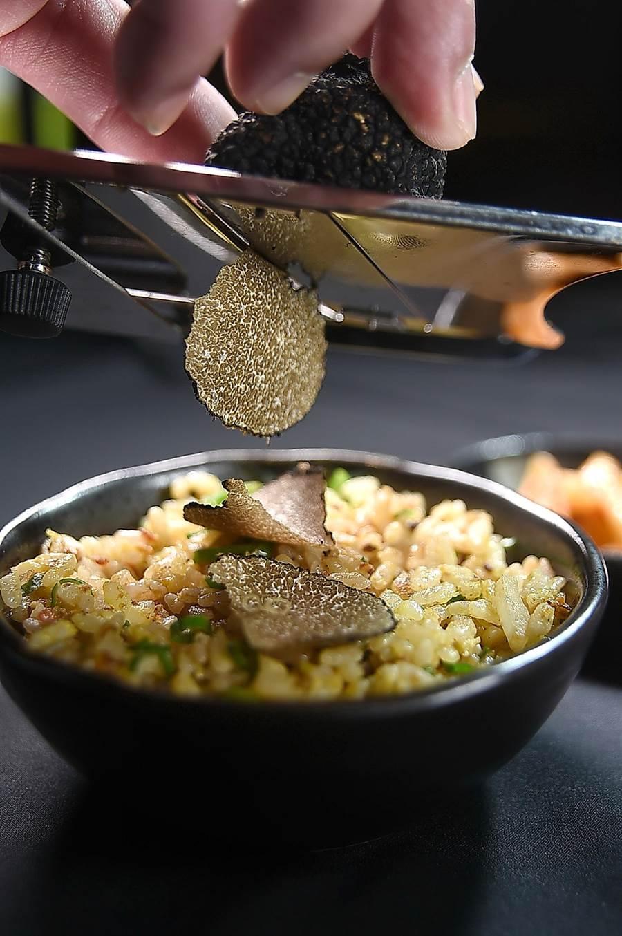 〈USHIMITSU犇和牛館〉套餐的壓軸菜式〈黑豚1983鐵板炒飯〉,會現刨黑松露給客人享用。(圖/姚舜)