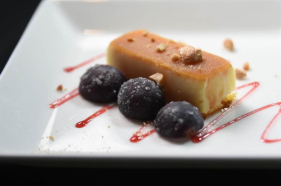 〈USHIMITSU犇和牛館〉套餐的主廚特製甜點,是將〈焦糖布丁〉冷凍做成,聖盤時搭配花生碎與葡萄,口感與風味讓人驚艷。(圖/姚舜)