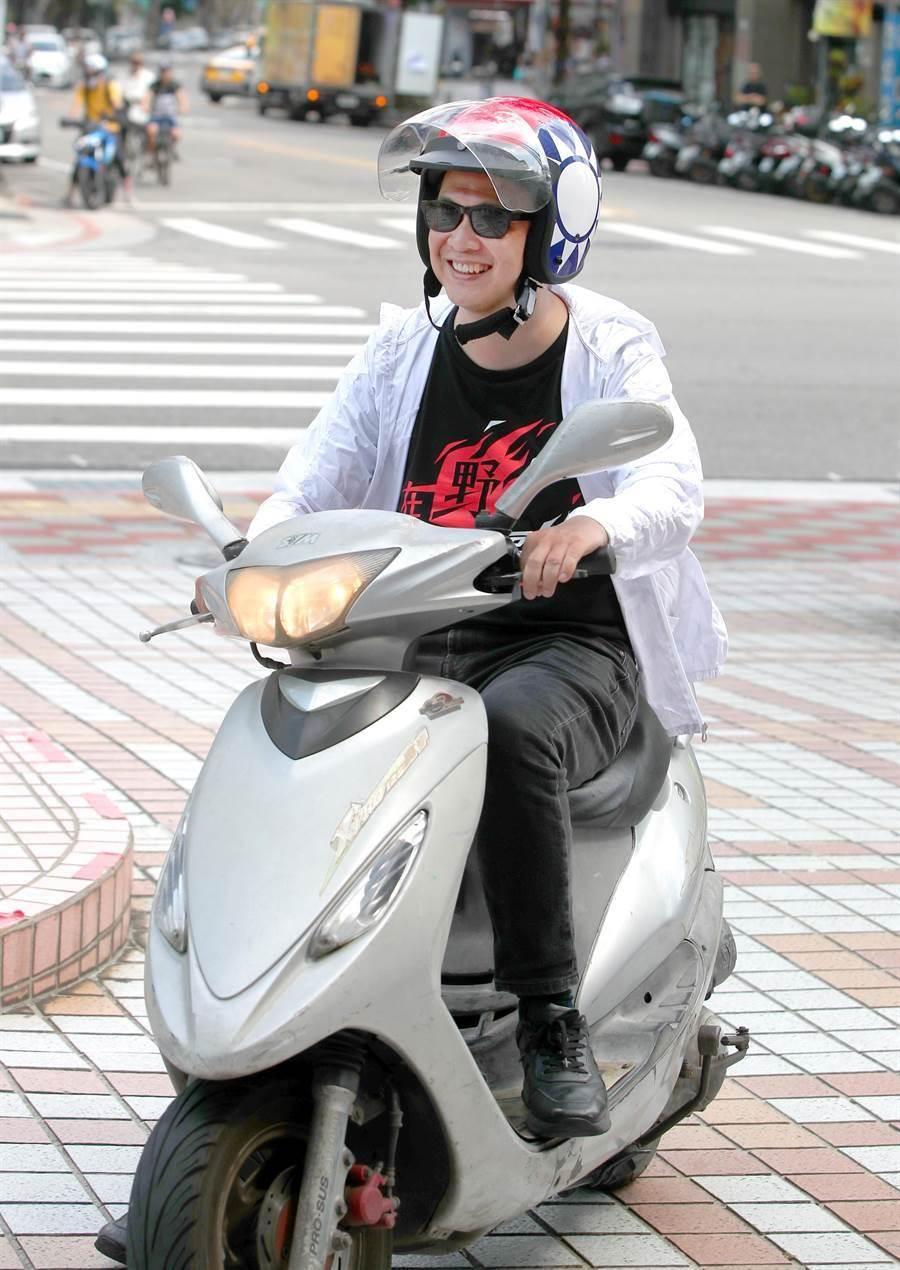 國民黨革實院院長羅智強4日騎乘機車至黨部門口,象徵完成機車環島宣講。(鄭任南攝)