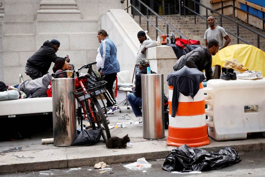 紐約街頭日前驚見一名裸臀女子一邊尿尿一邊替一名男子口交,居民嘆政府讓街友遷入,導致當地治安惡化、犯罪提升。圖為紐約街頭街友一景。(資料照/路透社)