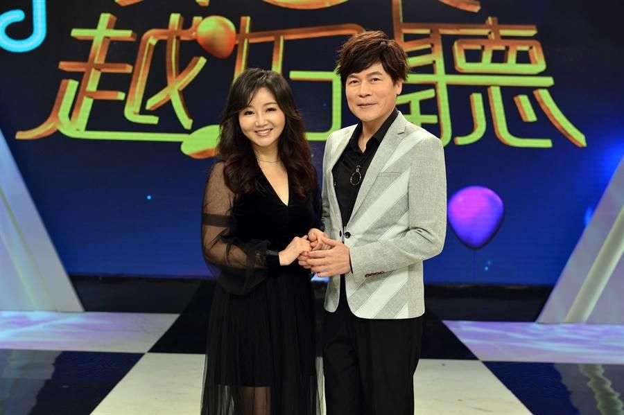 洪榮宏夫妻上《樂來越好聽》唱歌。(八大提供)