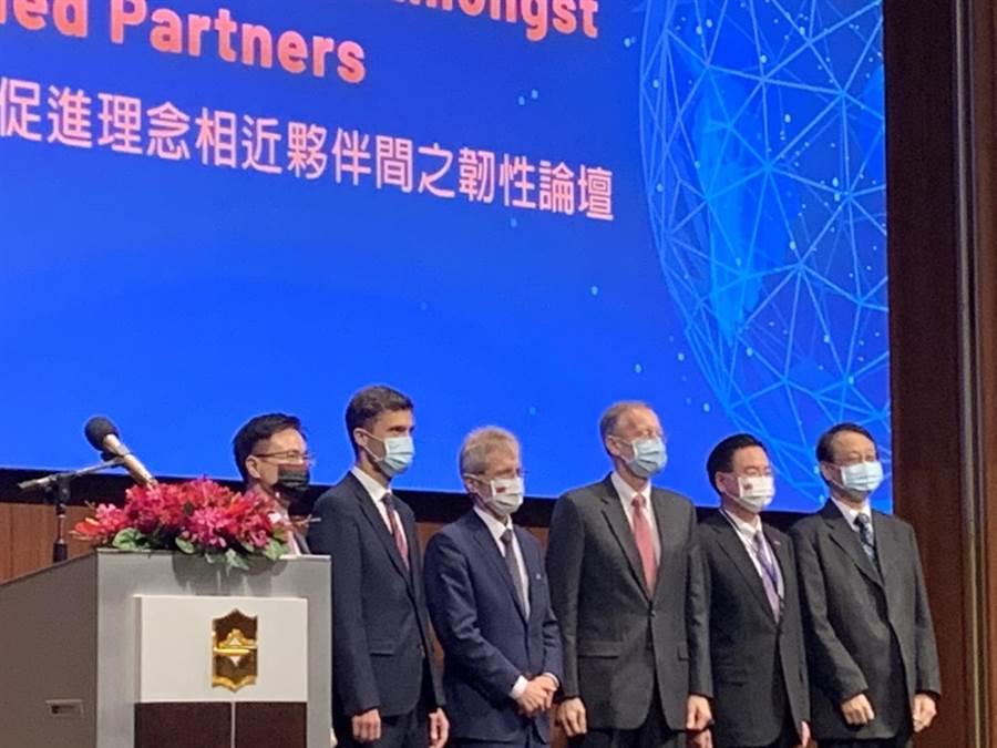 美國在台協會(AIT)與台灣外交部、經濟部、歐洲經貿辦事處、日本台灣交流協會以及外貿協會今天下午共同舉辦「重組供應鏈:促進理念相近夥伴間之韌性論壇」。(楊孟立攝)