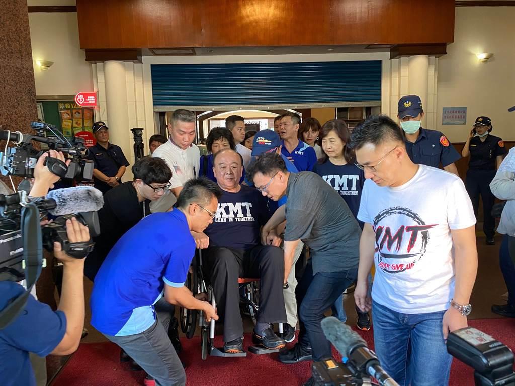 國民黨團佔領議場 吳斯懷「坐輪椅」應援。(取自吳斯懷臉書)