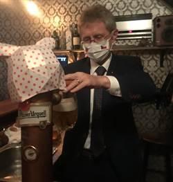 維特齊訪捷克酒吧 豬頭啤酒桶旁客串服務生