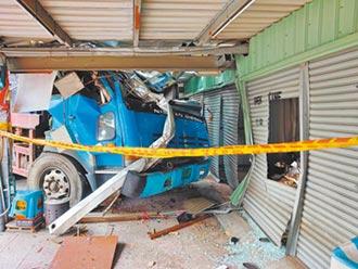 台南砂石車衝入民宅 男卡駕駛座獲救