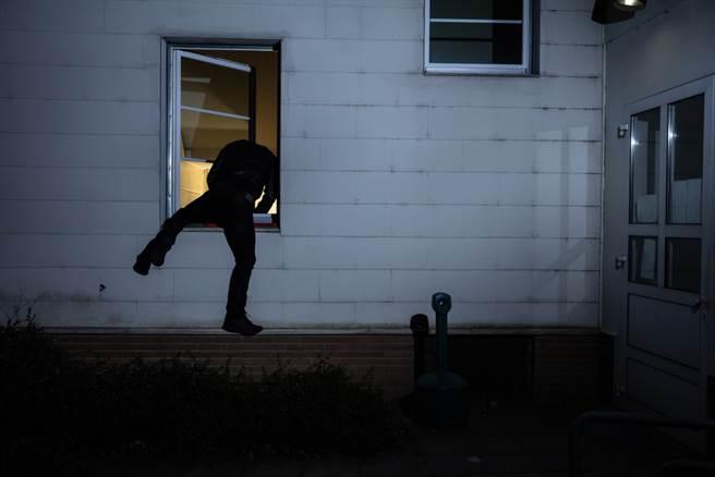 屏東一位噁男竟肖想正妹,爬上2樓闖入家中想硬上。(示意圖/Shutterstock)