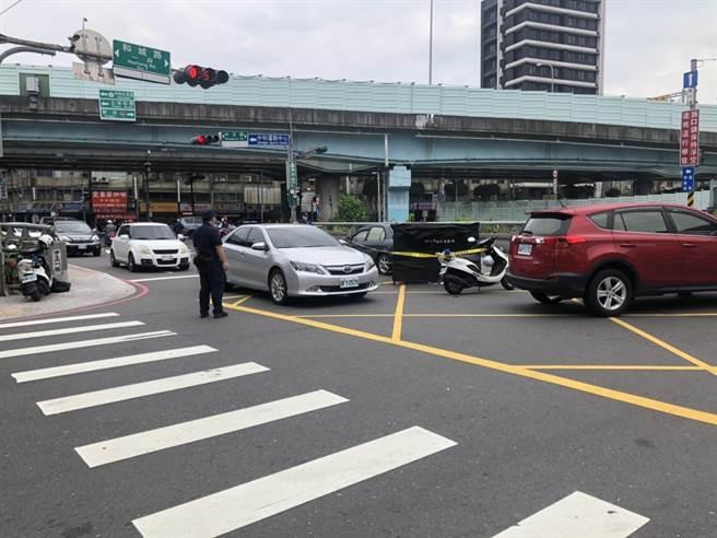 中和中正、錦和路口發生死亡車禍,警方封鎖現場調查。(王揚傑翻攝)