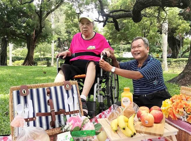弘道幫莊阿公夫妻圓夢,回到回到46年前第一次約會的地方-台中公園,並且安排野餐。(弘道台中服務處提供/陳世宗台中傳真)