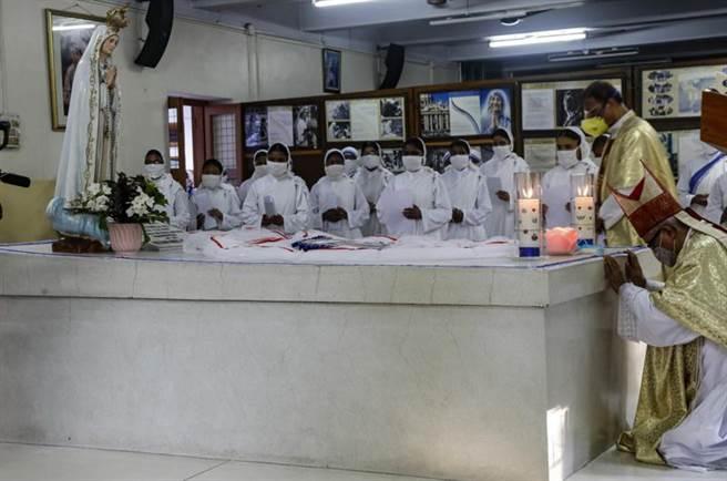 9月5日為聯合國訂定的「國際慈善日」,也是印度德雷莎修女逝世紀念日,當天德蕾莎創立的「仁愛傳教會」於加爾各答舉行儀式,眾人在德雷莎棺木旁禱告追悼。(美聯社)