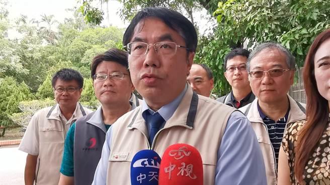 台南市長黃偉哲(前)表示,衞福部公布進口美豬萊克巴多胺含量,他尊重中央,但希望消費者用嘴巴投票,進口豬肉內臟都不要用。(劉秀芬攝)