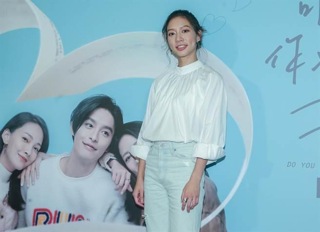 陳妤5日在戲院為粉絲簽名。(粘耿豪攝)