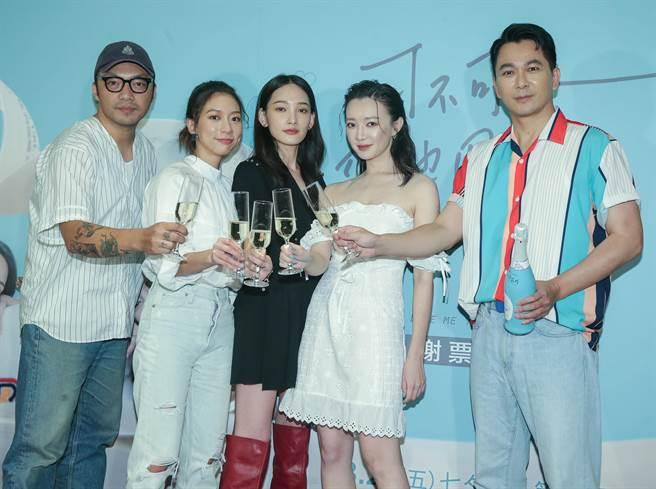 陳妤、林映唯、李杏和導演簡學彬、原著作家肆一開香檳慶功。(粘耿豪攝)